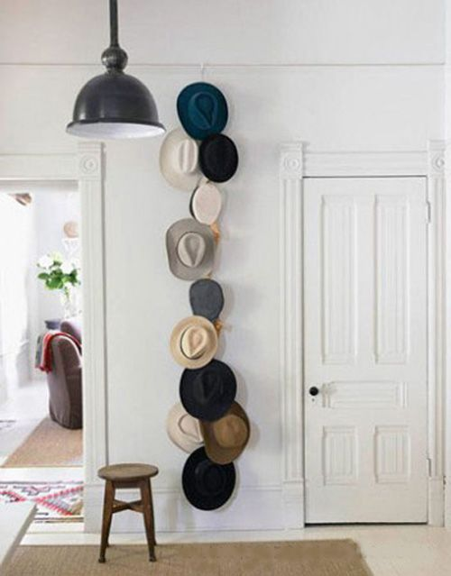 decoracion pared sombreros colgados