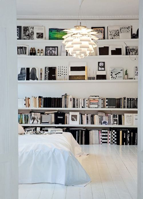 dormitorio blanco estantes libros pared