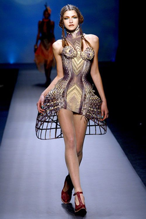 modelo vestida de jean paul gaultier vestido corse pasarela