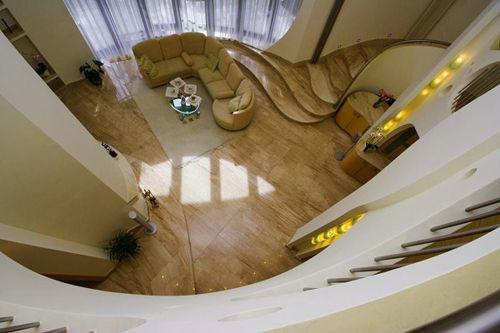 salon visto planta superior escaleras swing house polonia