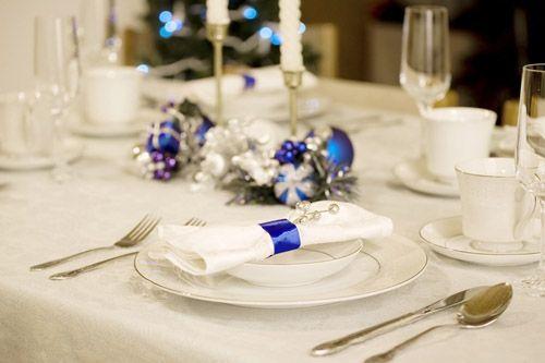 mesa blanca detalles azules navidad