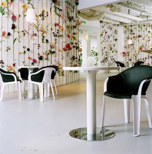 flores pegadas pared blanca
