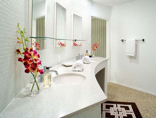 flores rojas cuarto baño blanco