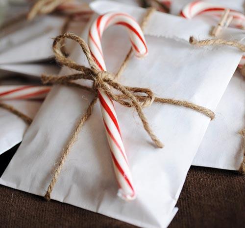 regalo decorado bastones caramelo