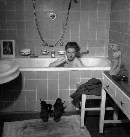 david e scherman lee miller sneaks a bath hitlers apartment fall berlin