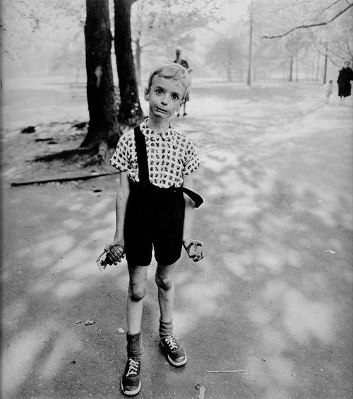 niño jugando una granada fotografa diane arbus