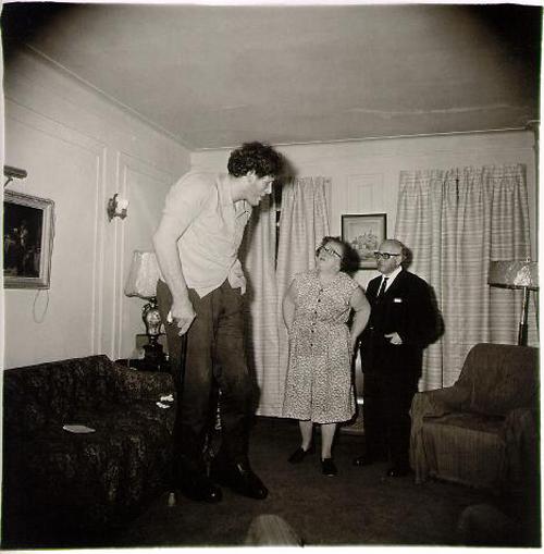 gigante junto sus padres su casa del bronx diana arbus