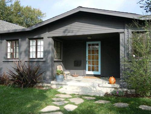 casa gris puerta azul natalie myers houzz.com
