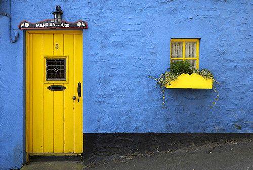 fachada azul puerta amarilla worldofstock.com