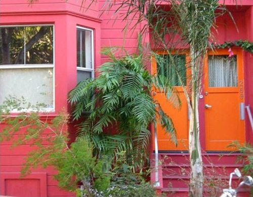 fachada rosa puerta naranja casasugar.com