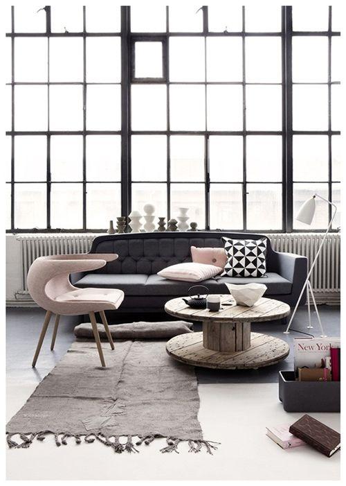 Salón acristalado diseño escandinavo.