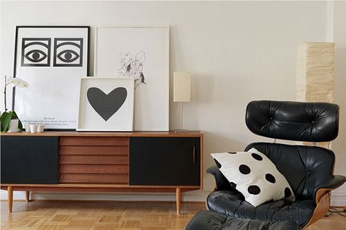 Salón en blanco y negro de diseño escandinavo.