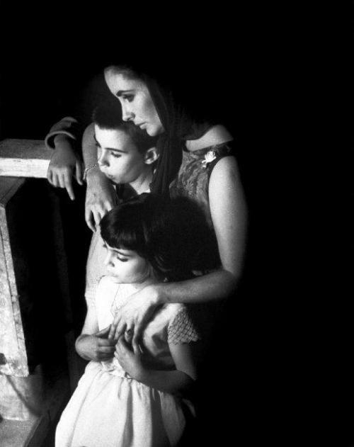 Elizabeth Taylor y sus hijos por Eve Arnold.
