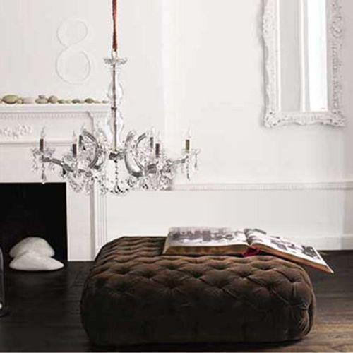 Sofá de terciopelo en marrón.