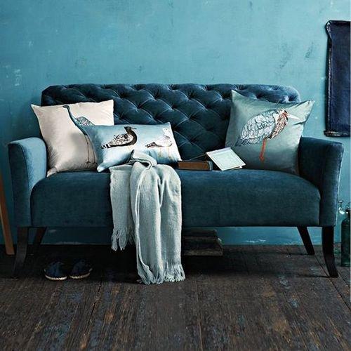 Sofá de terciopelo en tono azul.