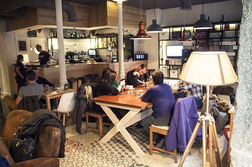 interior mesas cafeteria ciudad invisible madriddiferente.com