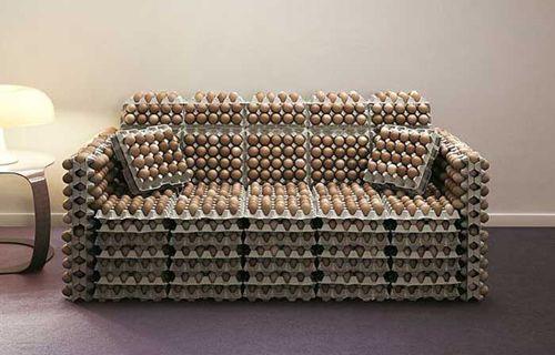 sofa original hecho de cartones de huevos