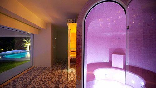 son vida sauna violeta vista desde pasillo