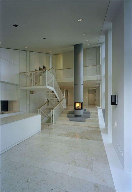 w house berlin interior distribuido alrededor chimenea