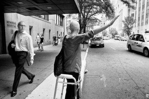 jennifer parando un taxi ayudada por su andador