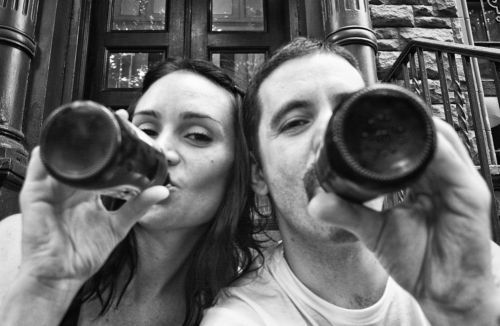 Jennifer y su marido bebiendo juntos