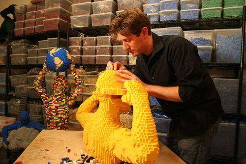 nathan sawaya escultor lego trabajando brickartist.com
