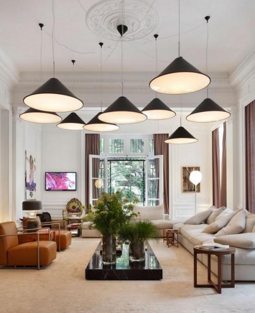 salon con conjunto de lamparas