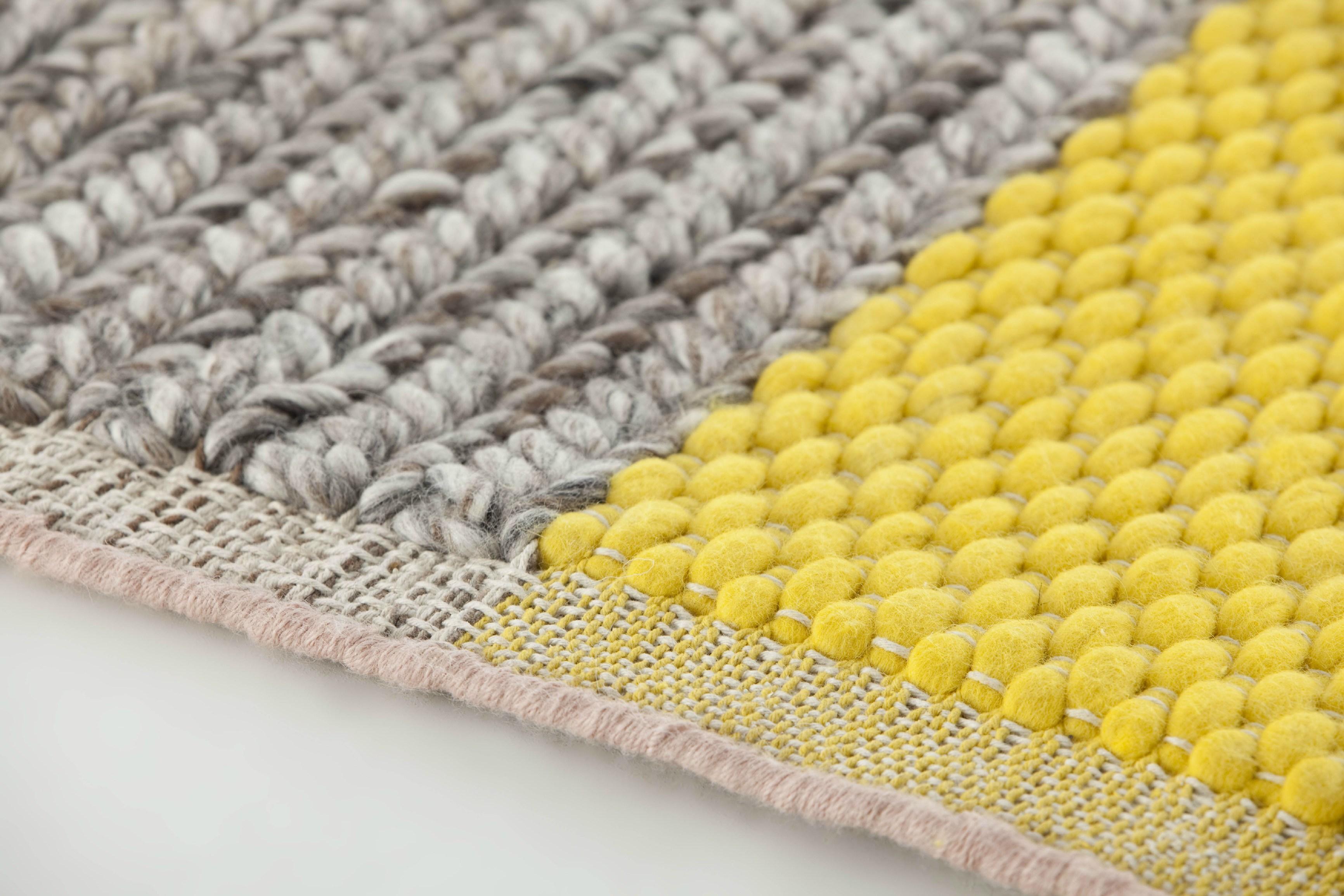 alfombra gris y amarillo