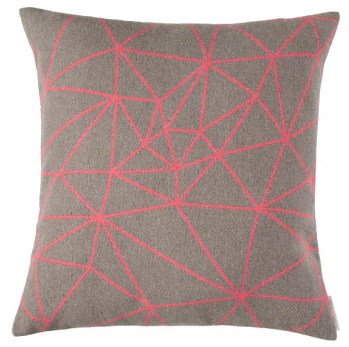 Cojin marron y rosa fluor geometrico