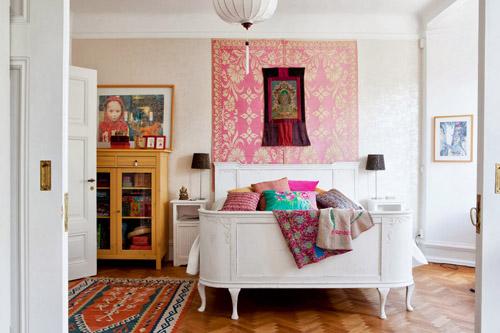 Dormitorio hippie con colores fuertes y detalles étnicos.