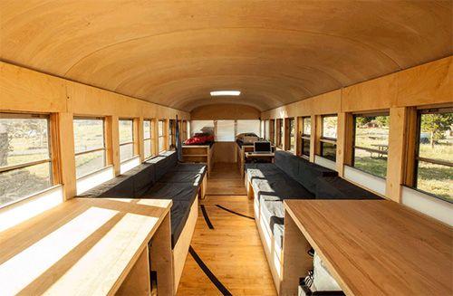 Interior del autobús casa móvil de Hank Butitta