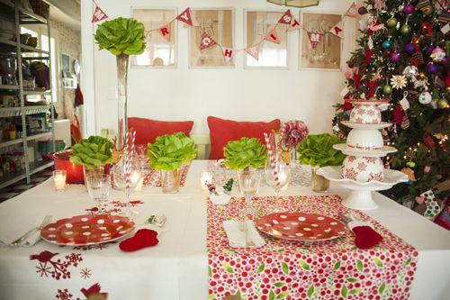 Mesa navideña en rojo, blanco y verde