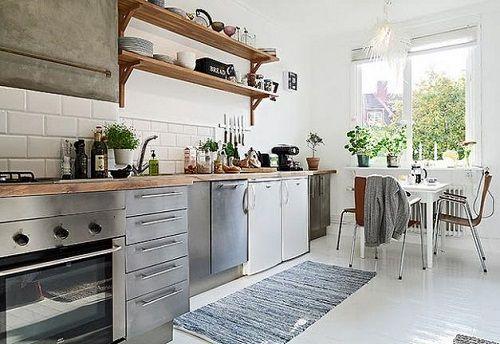Cocina de estética nórdica en tonos blanos y marrones