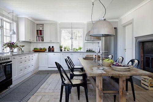 Cocina de estilo nórdico con mesa en madera original