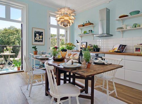 Cocina en tonos blancos y azul bebé en las paredes