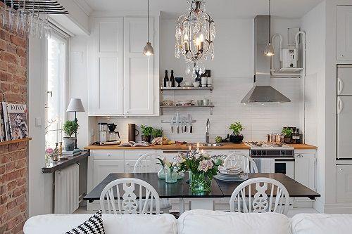 Cocina escandinava con lámpara joya
