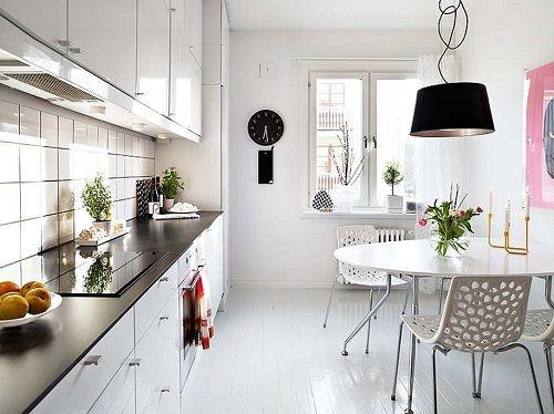 Cocina estética nórdica con detalles de color