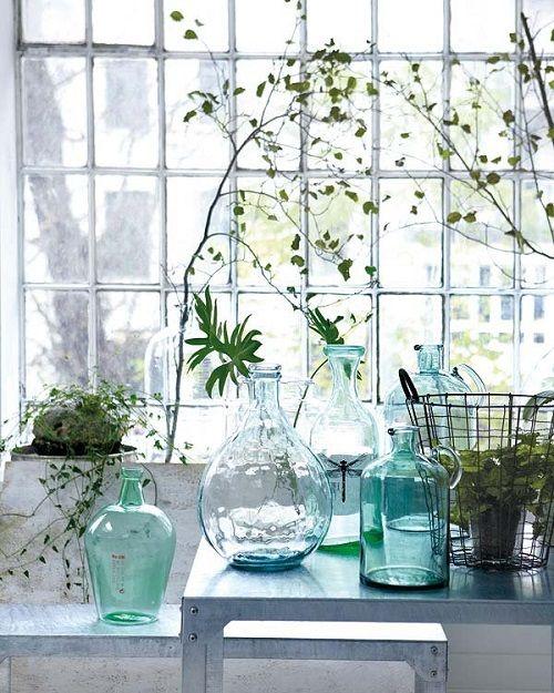 Decoración interior con jarrones azules de flores
