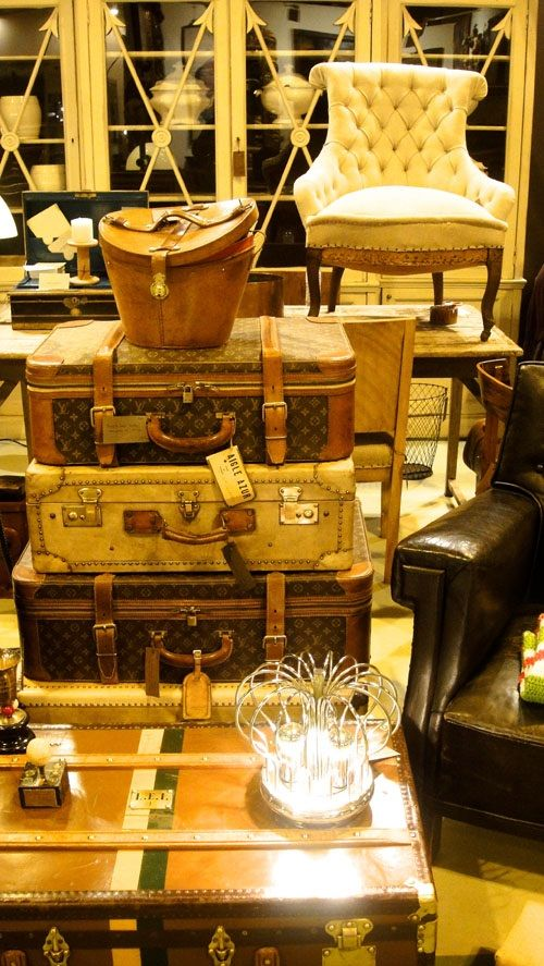 Feria Almoneda con lámparas y muebles antiguos