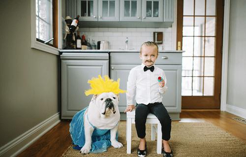 Fotografía de Harper y la bulldog Lola disfrazados