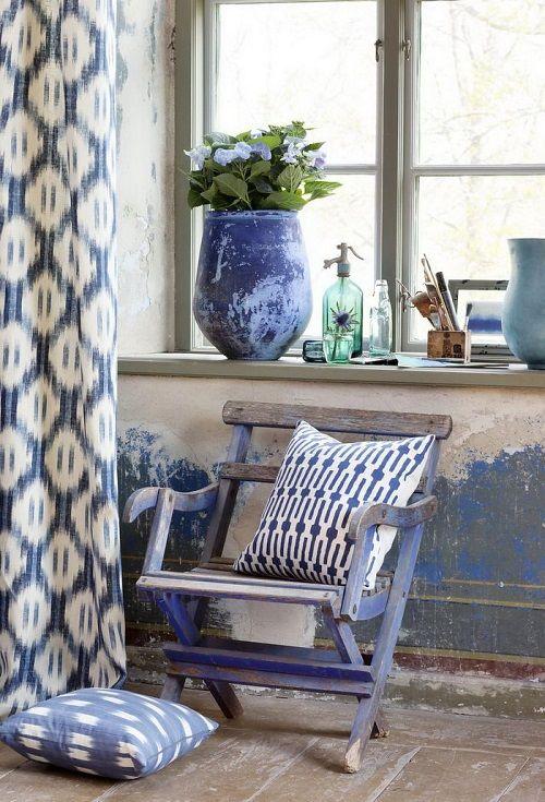 Hogar vintage decorado con flores azules