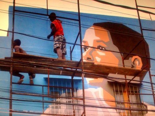 Chico ayudando a pintar la favela