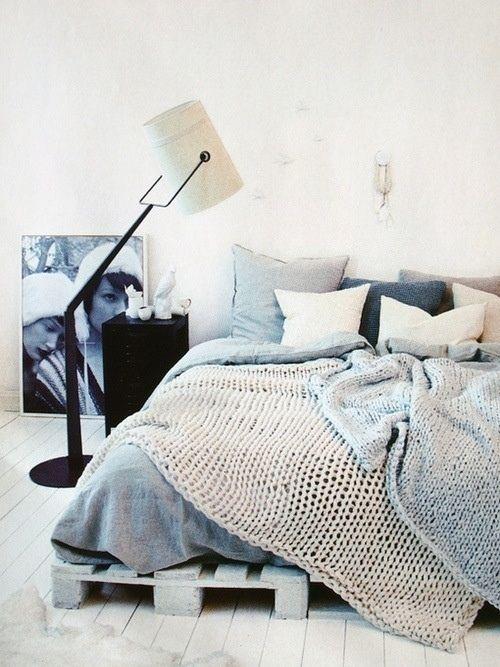 Dormitorio decorado con cojines lisos