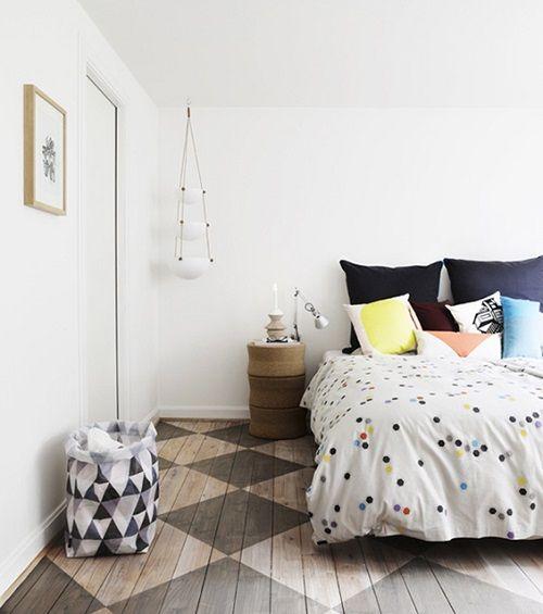 Dormitorio nórdico con cojiens coloridos