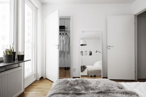 Dormitorio nórdico con ventanales