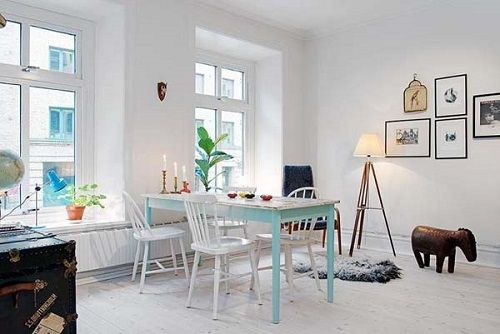 Salón con mesa azul bebé