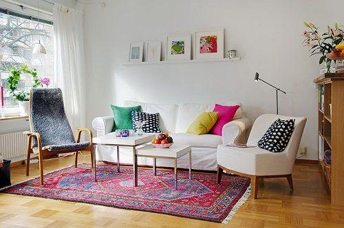 Salón escandinavo con cojines coloridos