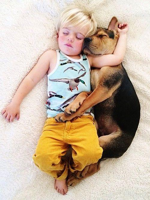 Theo y Beau abrazados