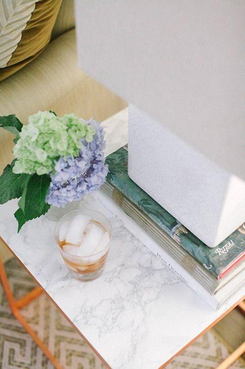 mesita baja con flores