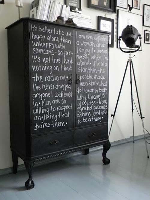 mueble con texto en tiza
